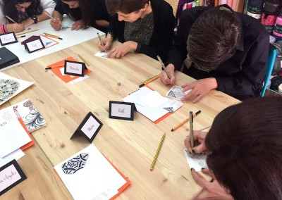 zentangle trizas y trazos mind and tangle - alumnos dibujando