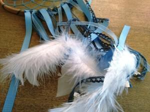 04. Detalle cintas azules y plumas como hacer atrapasueños tutorial trizas y trazos