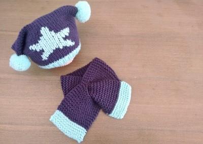 Gorro con pompones y bufanda para bebé a punto