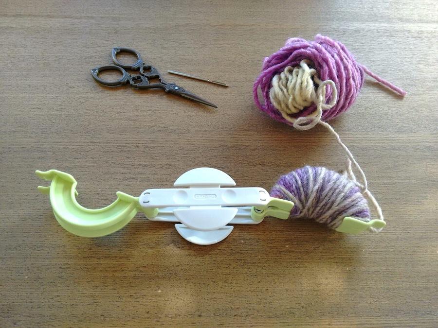 02 - Cómo hacer un pompón fácil con pomponera Tutorial - Pompón lana en uno de los lados