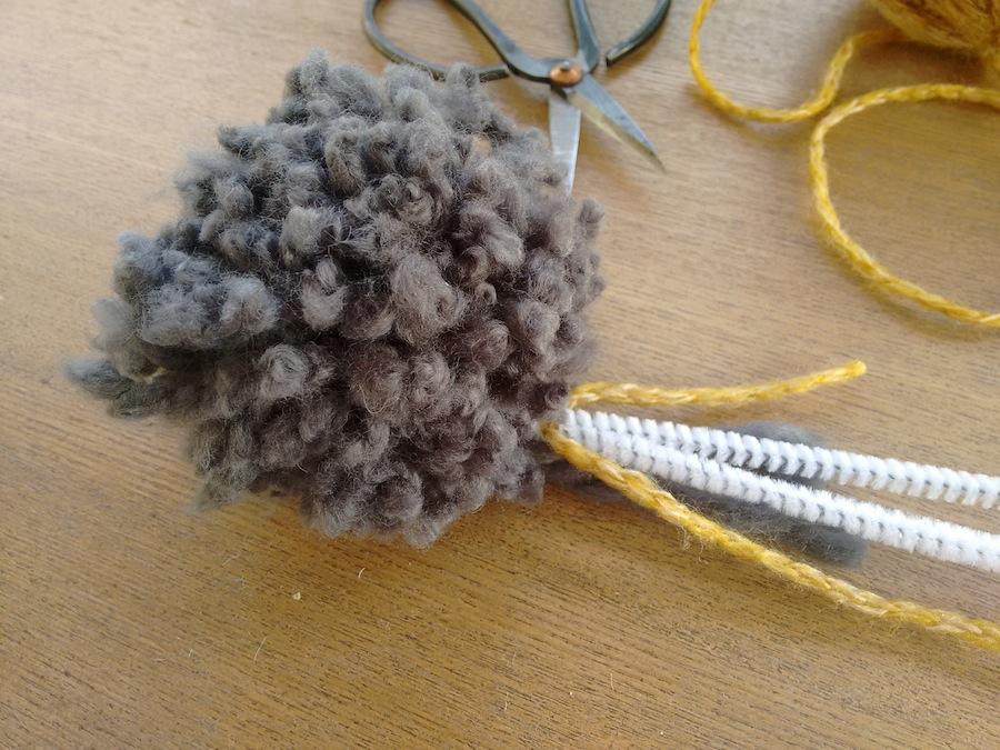 02 Tutorial cómo hacer jarrón flores con pompones de lana trizas y trazos - Juntar pompón y limpiapipas