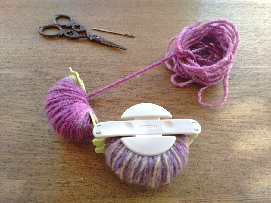 03 - Cómo hacer un pompón fácil con pomponera Tutorial - Cerrar lado y lana en el otro