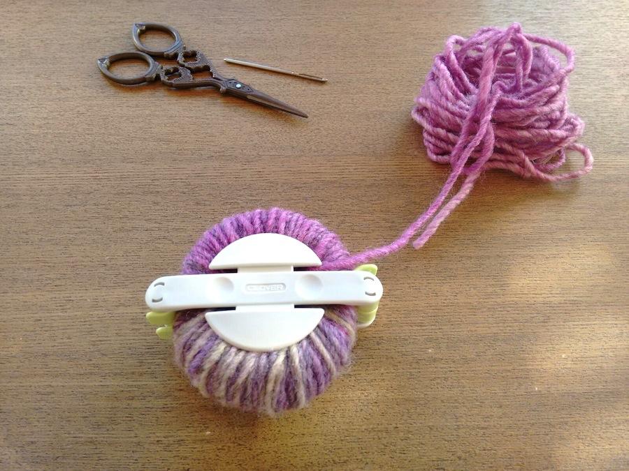 04 - Cómo hacer un pompón fácil con pomponera Tutorial - Cerrar pomponera