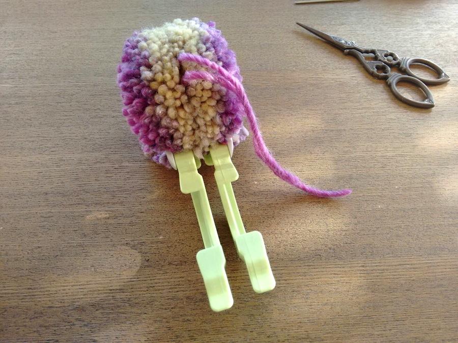07 - Cómo hacer un pompón fácil con pomponera Tutorial - Abrir pomponera