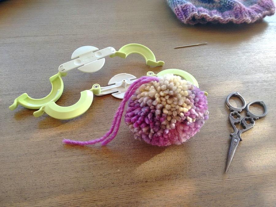 08 - Cómo hacer un pompón fácil con pomponera Tutorial - Separar piezas