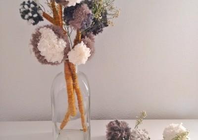 Centro floral con pompones de lana trizas y trazos