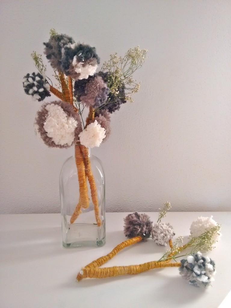 Jarrón flores con pompones de lana trizas y trazos