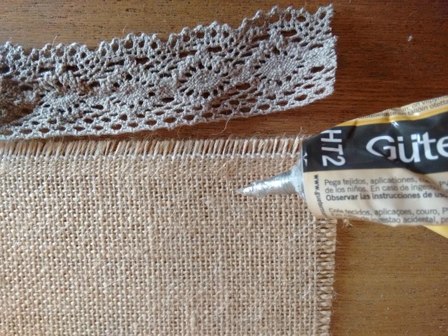 02 Tutorial cómo hacer mantelito rústico tela arpillera trizas y trazos - pegar puntilla
