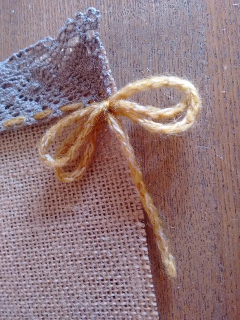 05 Tutorial cómo hacer mantelito rústico tela arpillera trizas y trazos - hacer lazo