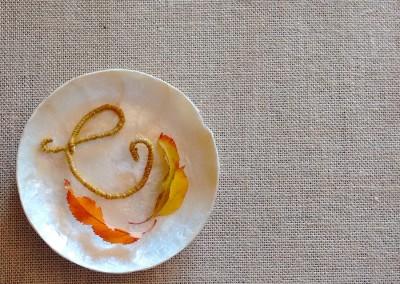 Letras de lana para identificar invitados en una mesa