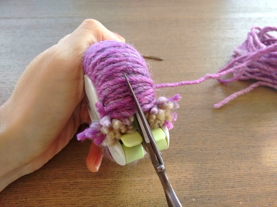 05 - Cómo hacer un pompón fácil con pomponera Tutorial - Cortar lana